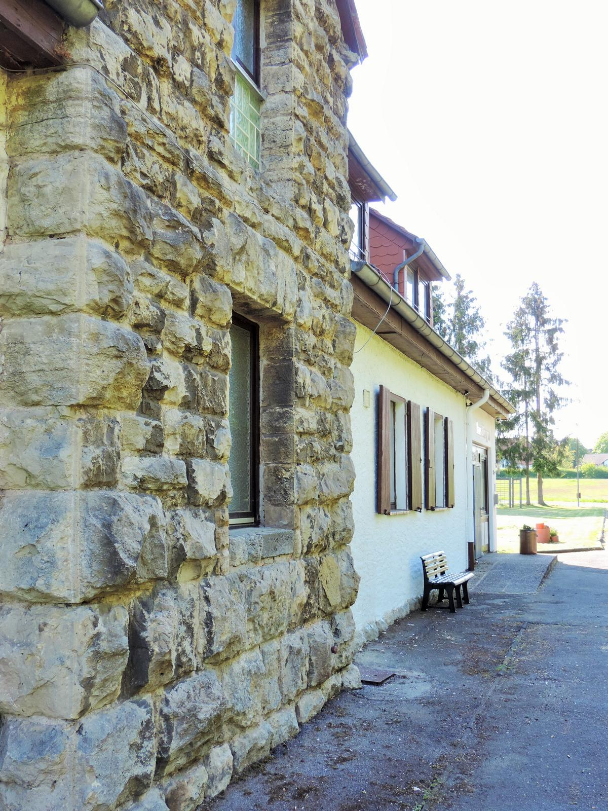 Seitenansicht Haus Ringgau Muschelkalk wand und Giebel