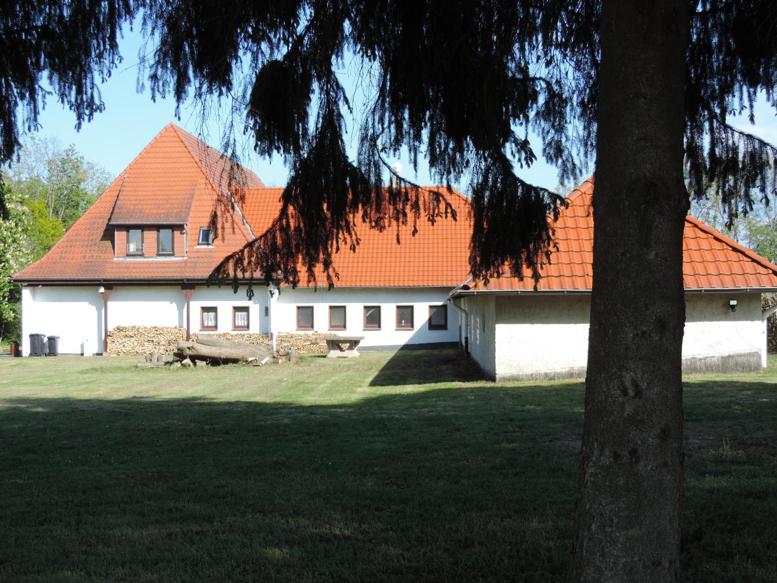 Haus Ringgau Sicht durch die Bäume am eigenen Parkplatz