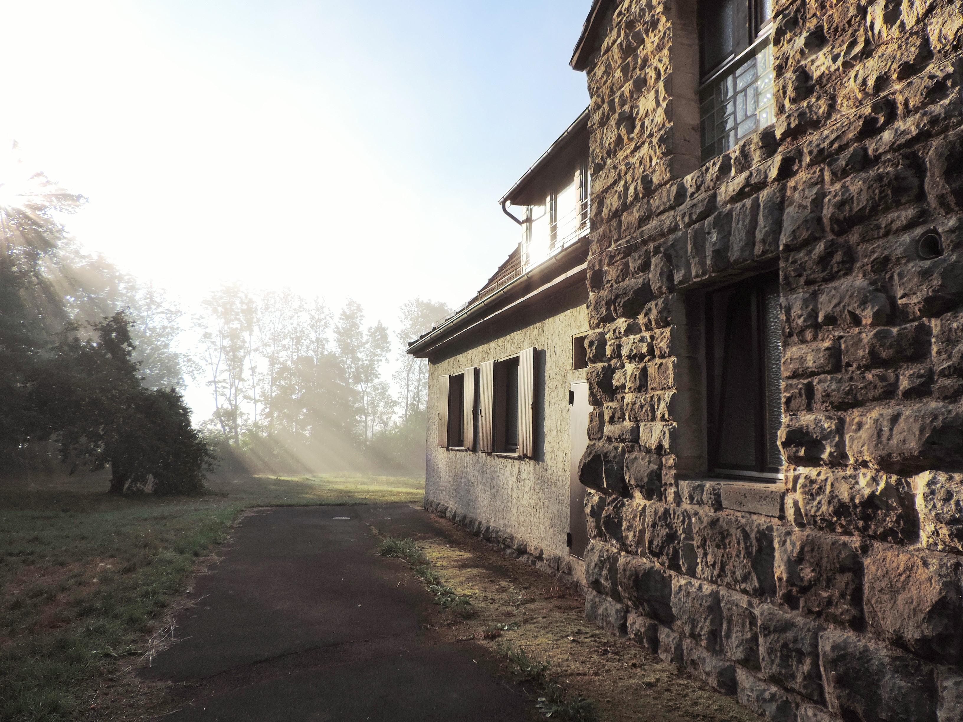 Haus Ringgau Blick am frühen Morgen auf die Muschelkalkarchitektur und das Grundstück