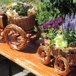 Traktor aus Korb mit Blumen