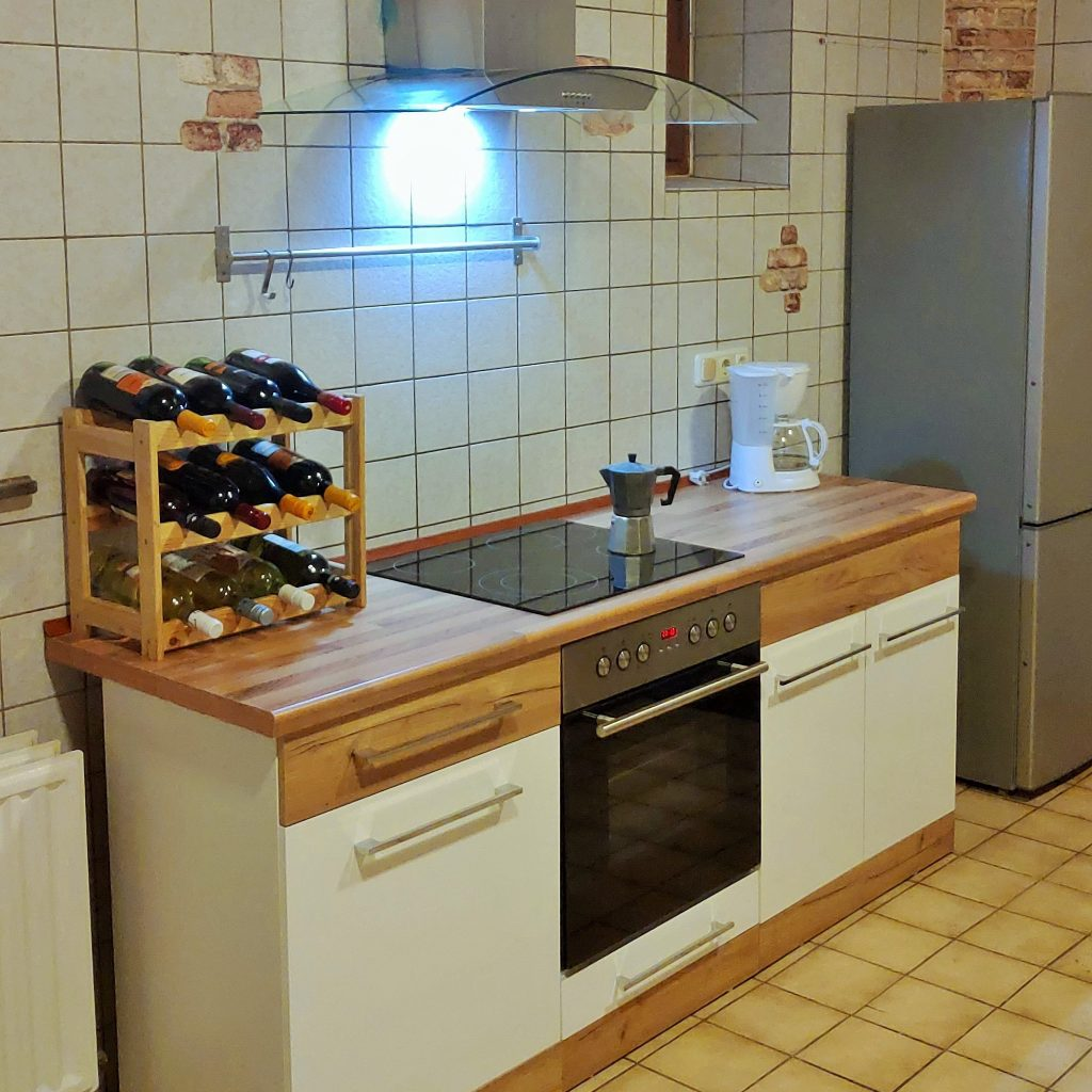 Küchenblock mit Herd und Ablufthaube