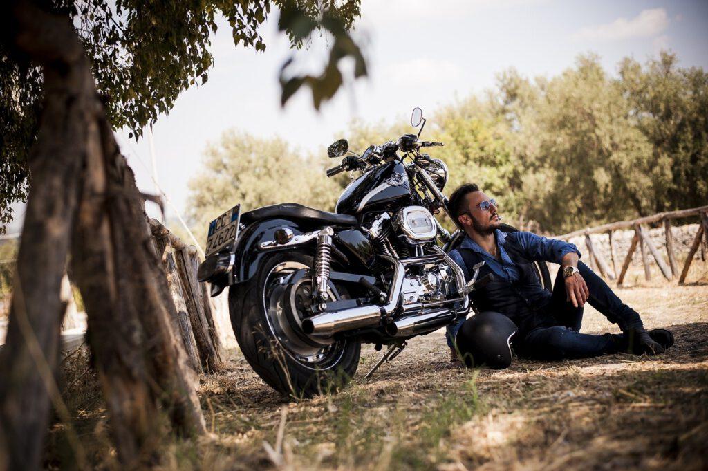 Motorbiker und Wohnmobile - willkommen - Biker an seiner Maschine macht eine Pause